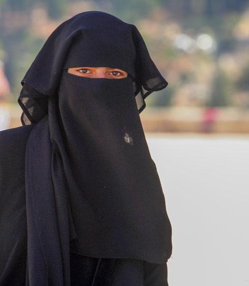 אישה מוסלמית עוטה רעלה בעיר העתיקה בירושלים (צילום: יורם ביברמן)