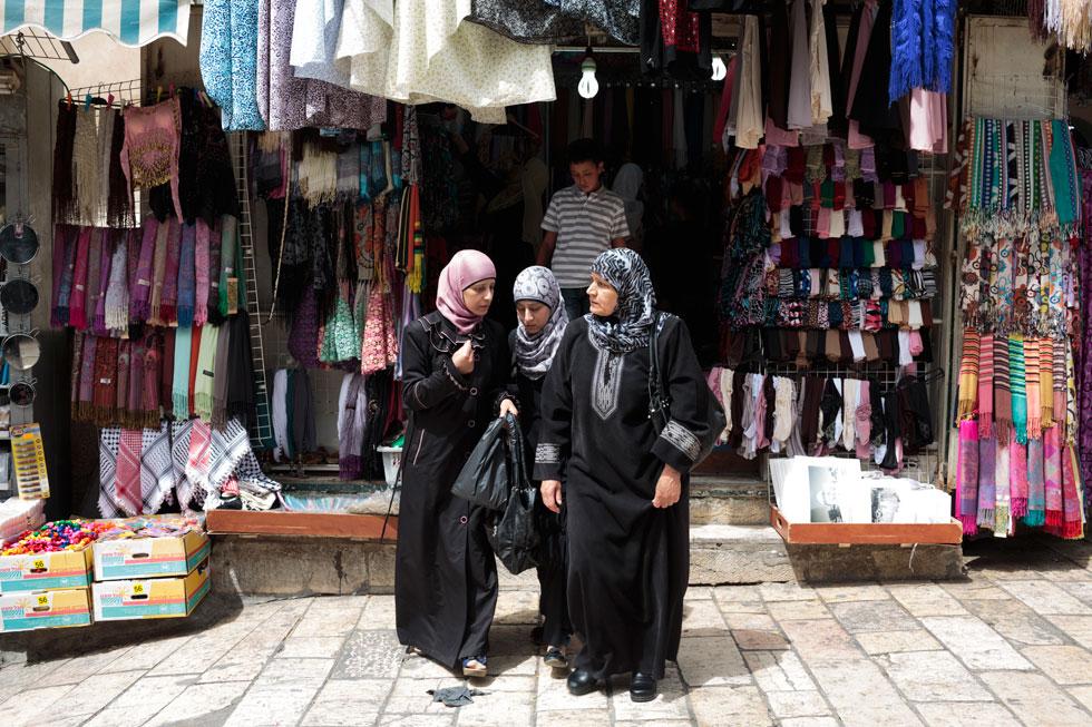 """נשים בלבוש מוסלמי מודרני, ירושלים העתיקה. """"גם בקוראן אין ציווי ללכת עם רעלה"""" (צילום: שרה שומן )"""