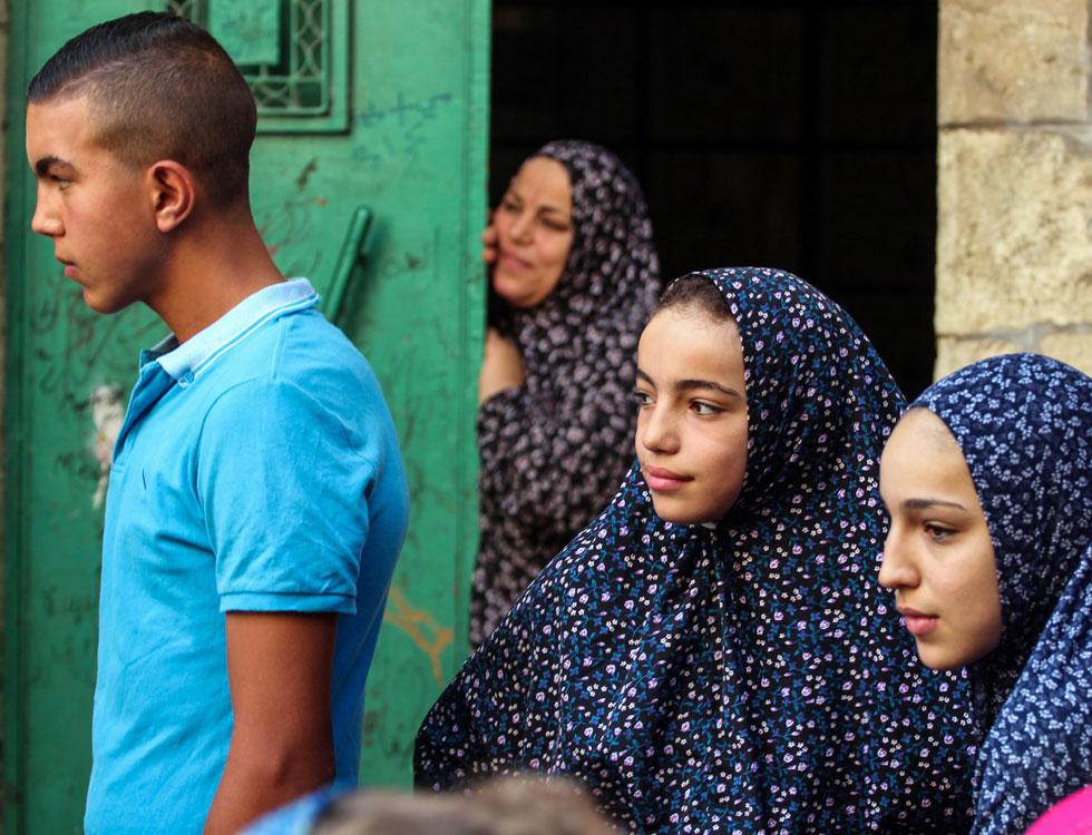 """ילדות בחליפות תפילה בירושלים העתיקה. """"כששאלתי את הנשים, הן אמרו שכמו שהורים צמחונים לא יתנו לילדים לאכול בשר – נשים צנועות לא ילבישו את בנותיהן בצורה אחרת""""  (צילום: יורם ביברמן)"""