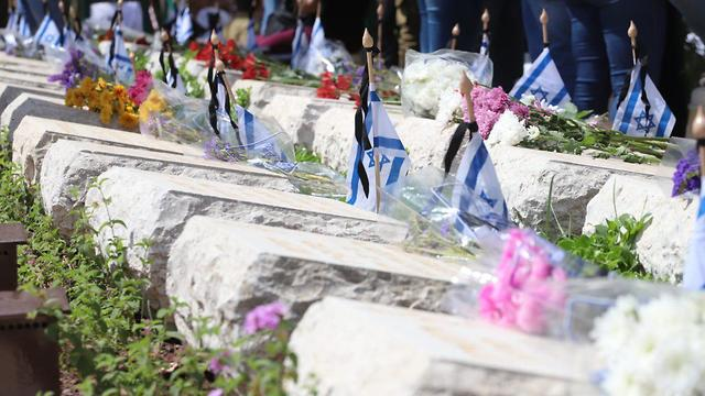 Israeli flags adorn the graves at Kiryat Shaul cemetery in Tel Aviv (Photo: TPS)