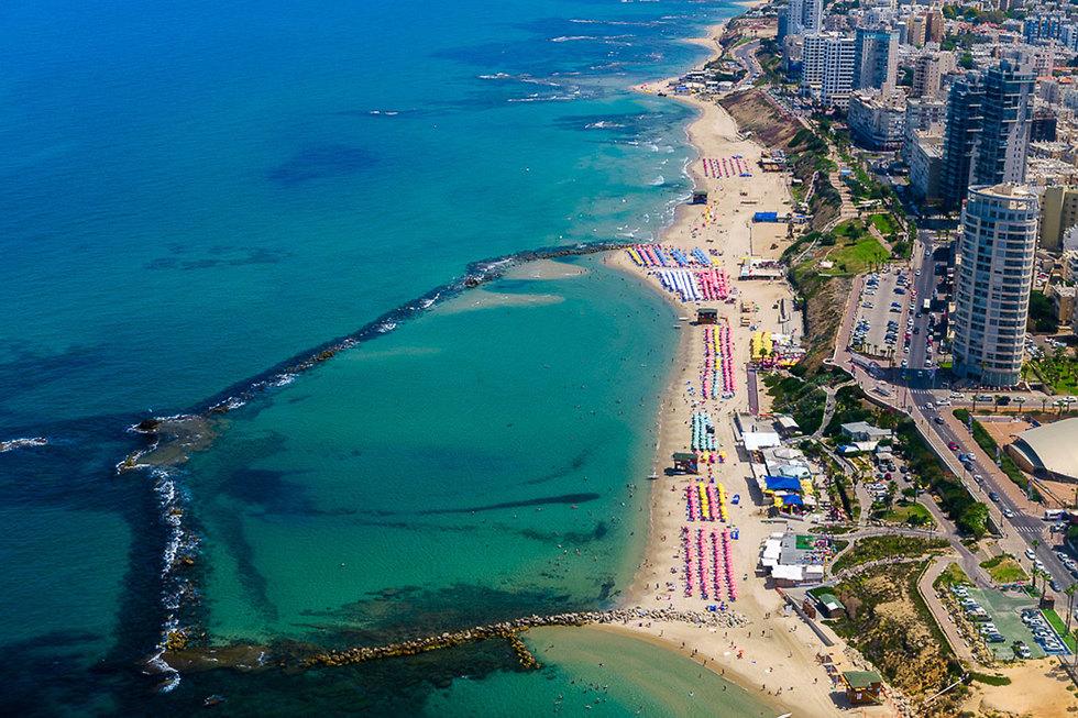 רצועת החופים של בת ים  (צילום: ישראל ברדוגו)