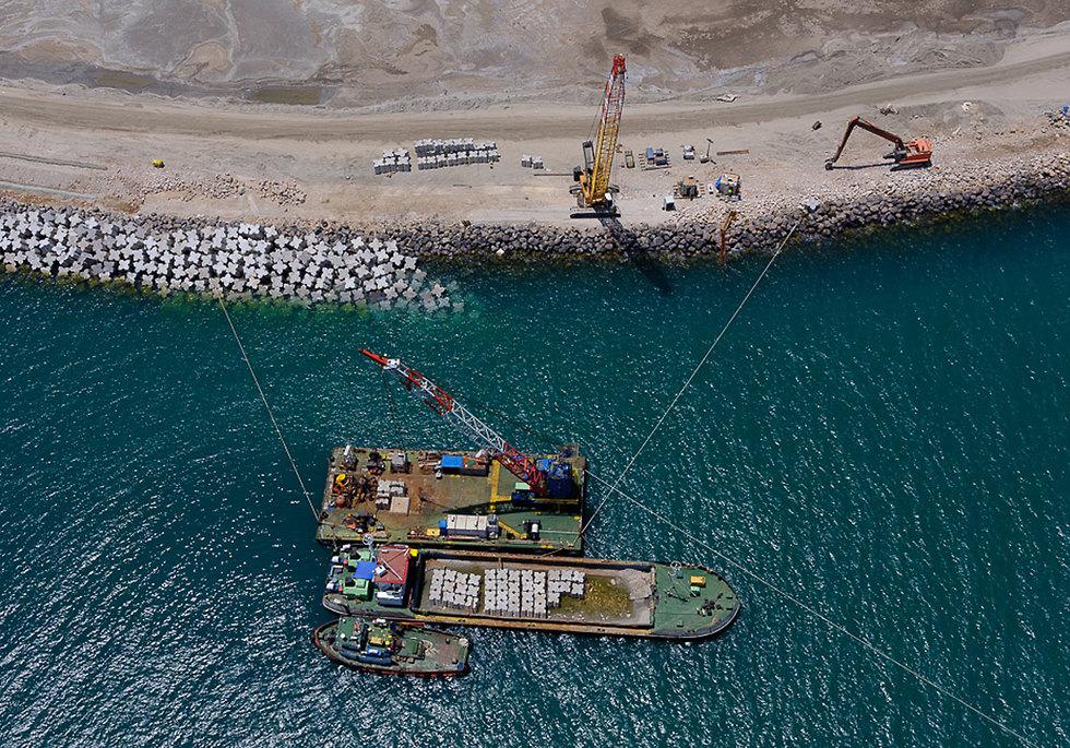 הקמת שובר גלים בנמל חיפה  (צילום: ישראל ברדוגו)