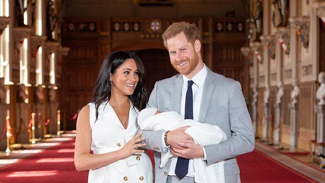 הנסיך הארי והדוכסית מייגן מארקל עם התינוק שלהם (צילום: רויטרס)
