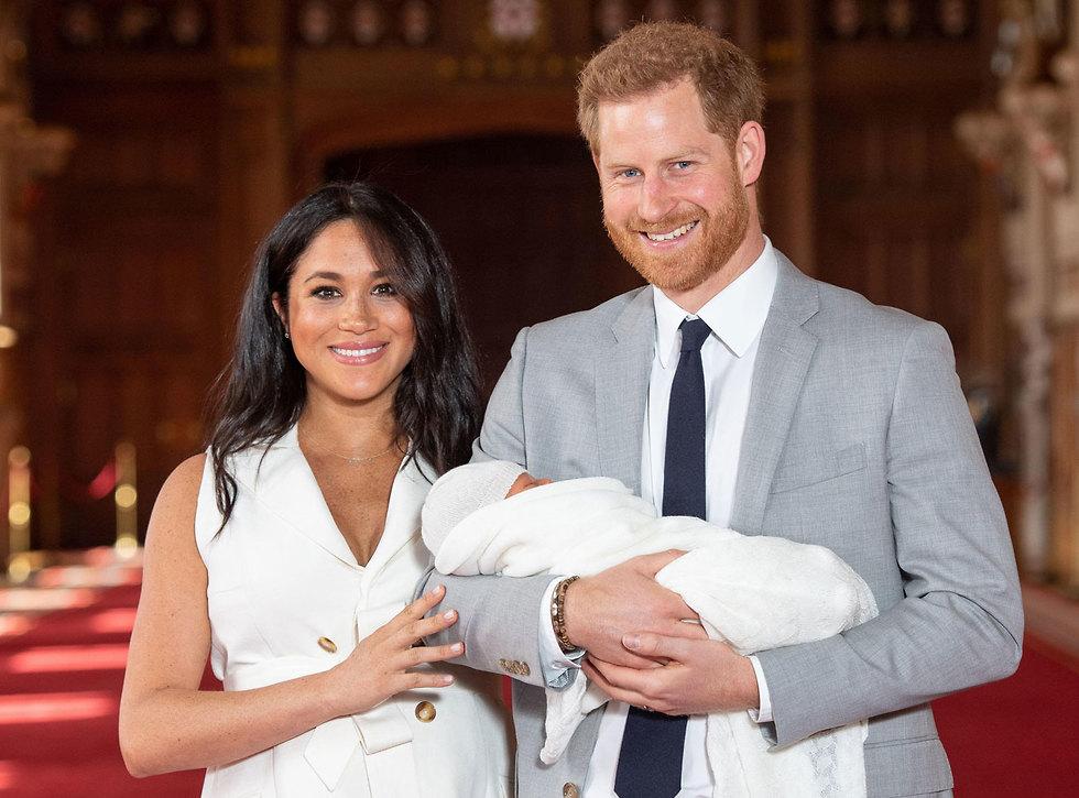 הנסיך הארי והדוכסית מייגן מארקל עם התינוק שלהם (צילום: AFP)