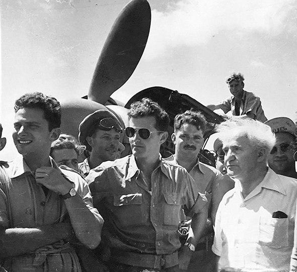 Давид Бен-Гурион с пилотами 101 эскадрильи ВВС ЦАХАЛа. Фото: архив ВВС
