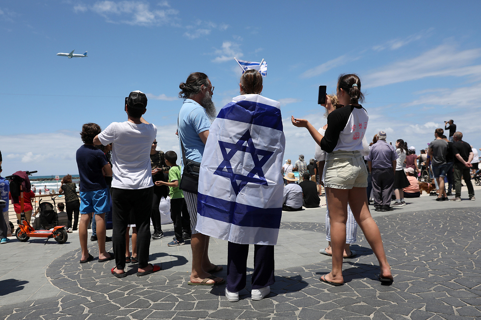 Israelis enjoy the airshow