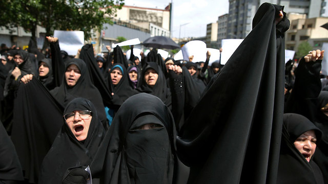 Iranian women protests against Trump's withdraw from the nuclear deal (Photo: AP)