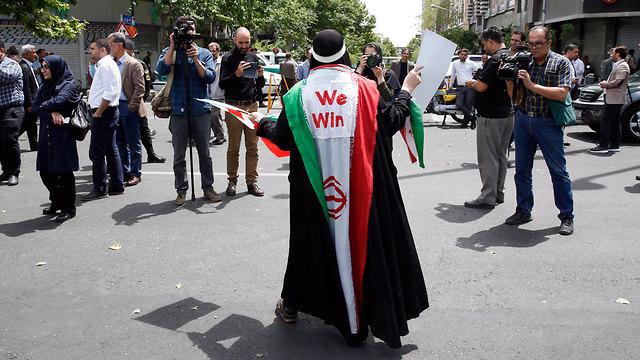 """Мы победим"" написано на иранском флаге. Фото: EPA (Photo: EPA)"