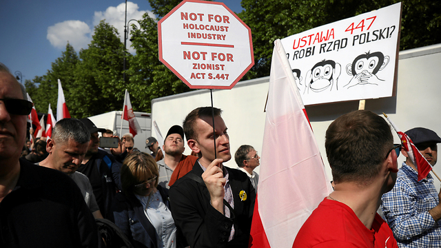 Polish demonstrators protest restitution for Jews  (Photo: Reuters)