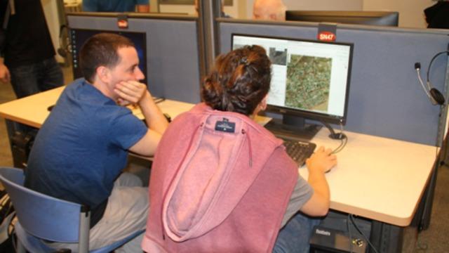 סטודנטים מבצעים מיפוי במחשבי חוות המחשבים שבפקולטה למדעי החברה, קמפוס הר הצופים (צילום באדיבות דוברות האוניברסיטה העברית)