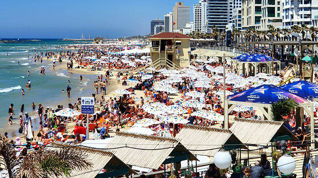 Tel Aviv beach is decorated with the Eurovision  logo (Photo: Shiri Hadar)
