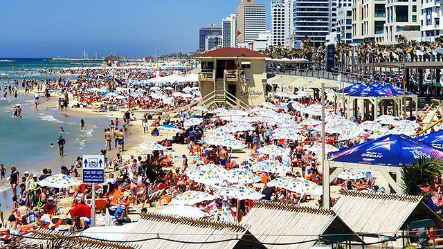 Israelis flock to beaches amid heatwave (Photo: Shiri Hadar)