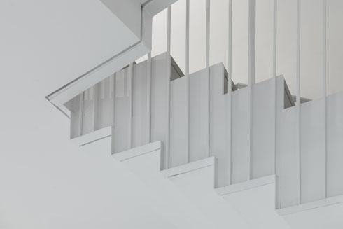 מדרגות תלויות בכבלי פלדה צרים (צילום: גדעון לוין)