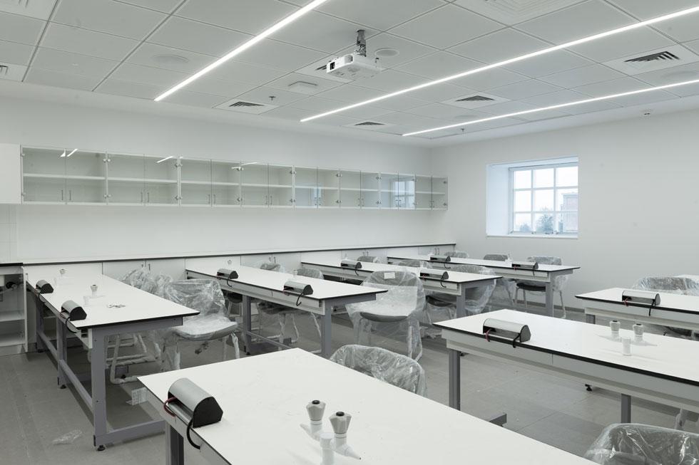 אחת הכיתות, ימים ספורים לפני הפתיחה. הבניין מחולק בין ''אוניברסיטת תל אביב לנוער'' לבין בית הספר למדעי המחשב (צילום: גדעון לוין)