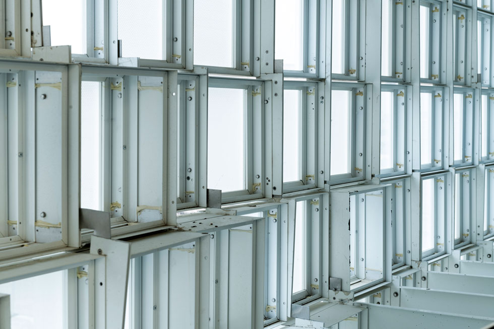 פנים החיפוי של המבנה. כל פתיחה וסגירה משנה את מראה הבניין (צילום: גדעון לוין)