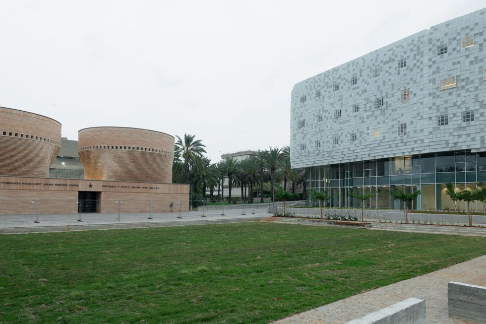 משמאל נמצא בית הכנסת ע''ש צימבליסטה, בתכנון האדריכל מריו בוטה. האדריכלית קימל-אשכולות מוצאת גם בו פיקסלים (צילום: גדעון לוין)