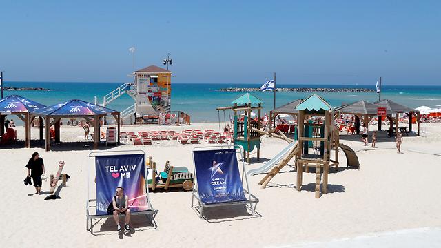 Eurovision fever on Tel Aviv beach  (Photo: Reuters)