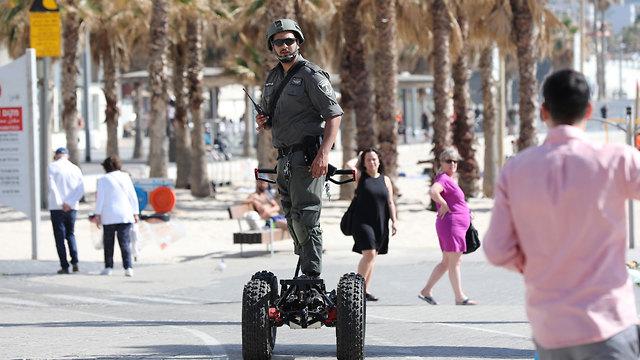 Боец пограничной полиции МАГАВ охраняет Тeль-Авив. Фото: EPA