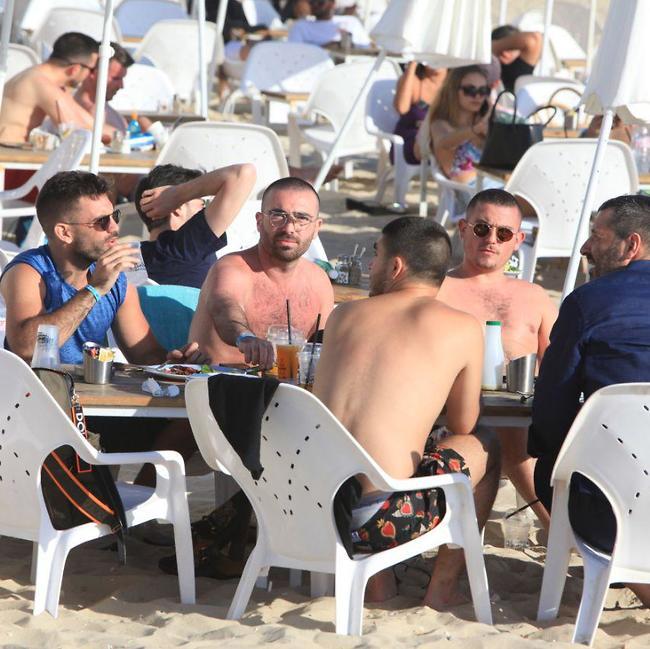 כמו איזה חמישה משוגעים בחוף. עומר אדם והחברים (צילום: מוטי לבטון)