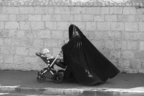 אישה יהודייה עוטה רדיד עם רעלה בשכונת מאה שערים (צילום: אביר סולטן)