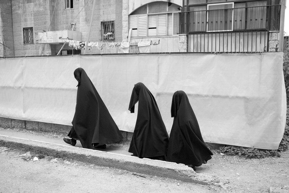 אישה ובנותיה עוטות רדיד עם רעלה בשכונת מאה שערים בירושלים (צילום: אביר סולטן)