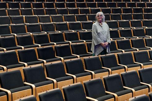 האדריכלית חיה ברסלבי באולם שתכננה (צילום: גדעון לוין)