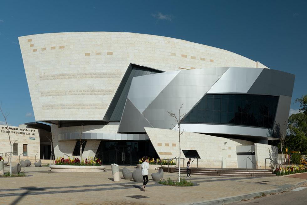 טרנד החלליות באדריכלות העולמית מיצה את עצמו. כאן הוא עדיין נוכח. ''המסר הוא לזרום ולפרוץ'', מסבירה האדריכלית חיה ברסלבי (צילום: גדעון לוין)