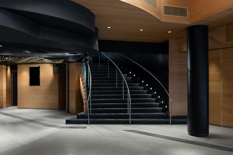 המבואה הכהה כוללת במה קטנה למופעים, וממנה יוצאות המדרגות אל האולם שלמעלה (צילום: גדעון לוין)