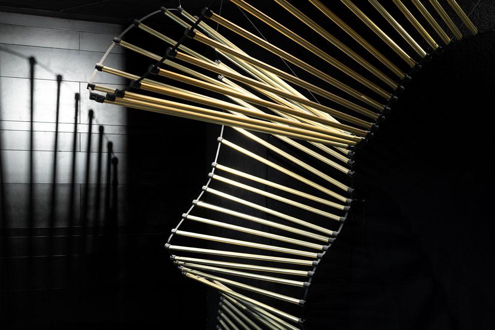 גוף תאורה פיסולי מלווה את המטפסים אל האולם (צילום: גדעון לוין)