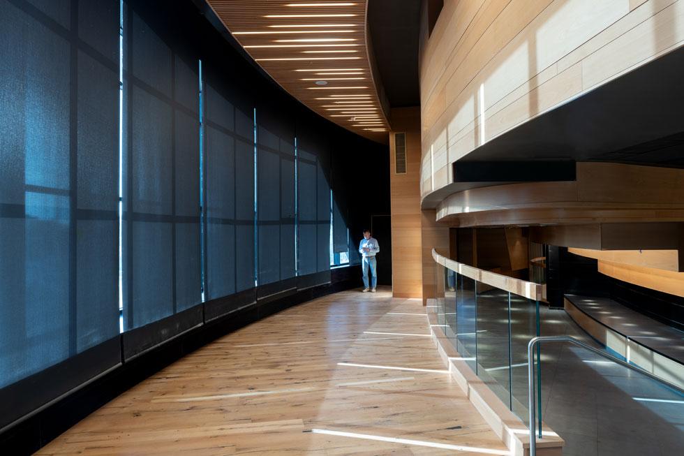 ומכאן צועדים בהיקף האולם לקראת הכניסה אליו (צילום: גדעון לוין)