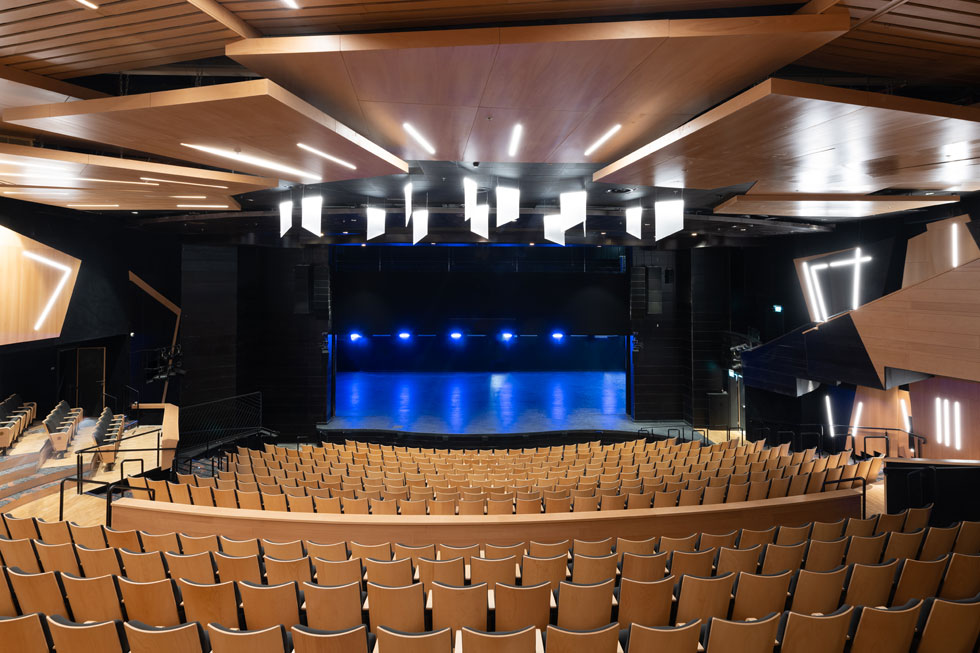 600 מושבים בשורות שעוטפות את הבמה כקשת. מספר המושבים נובע משיקול כלכלי, שיאפשר לכסות את עלויות האחזקה (צילום: גדעון לוין)