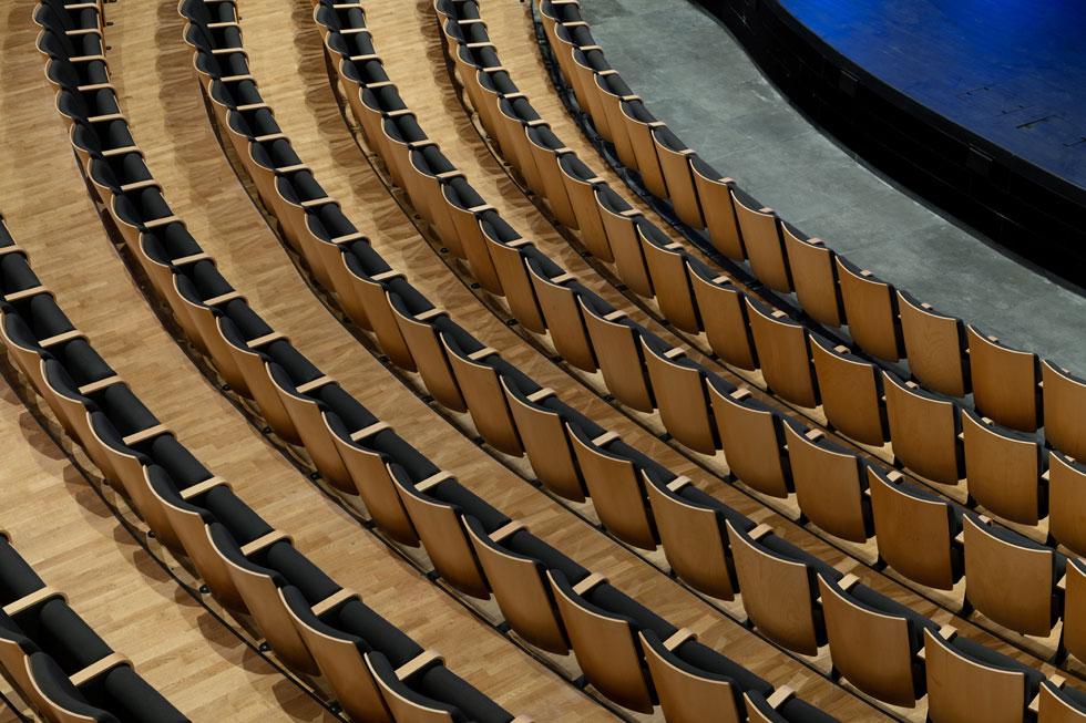 18 שורות של מושבים עוטפות את הבמה בקשת, באולם א-סימטרי (צילום: גדעון לוין)