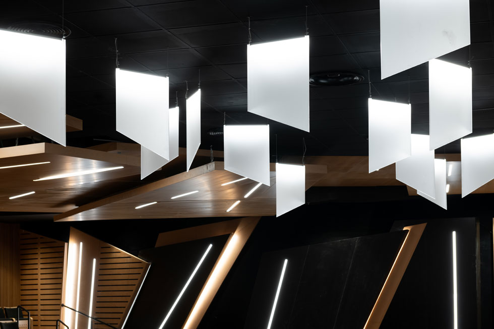 לוחות מחזירי האור הטרפזיים במבט מקרוב. החלטה שהתקבלה תוך כדי תכנון (צילום: גדעון לוין)