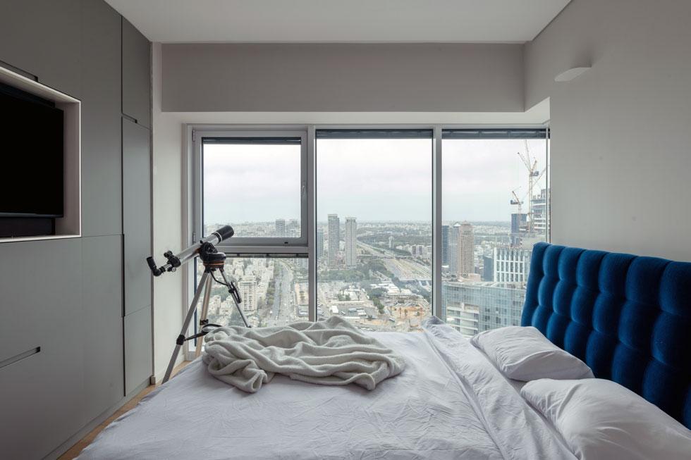 חדר השינה, עם נוף לרחבי גוש דן, בואכה נתניה. בקרוב ייחסם חלק מהנוף במגדל נוסף שיקום. ''באסה'', מודה סושרד, ''אבל ידענו מה הולך להיות פה. זה לא יהיה פנורמי, אבל יהיה את החלק הטוב - הים'' (צילום: גדעון לוין)