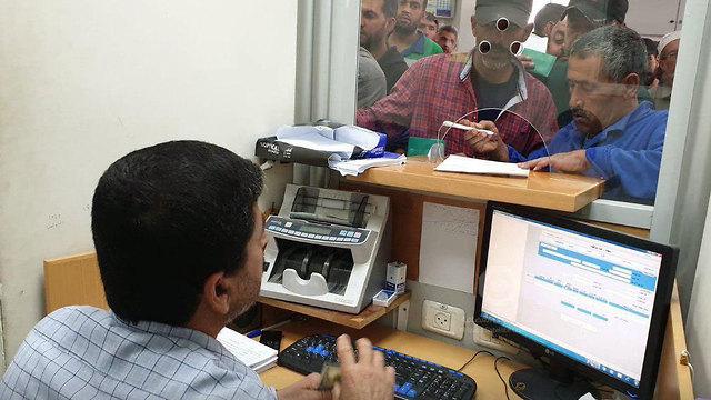 חלוקת הכספים הקטאריים בסניף דואר ברצועת עזה ()