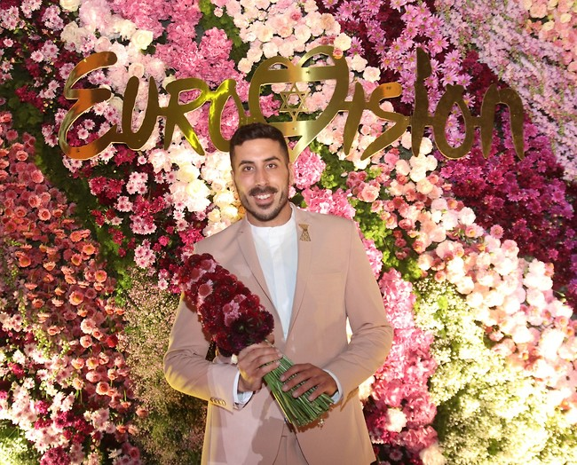 """הפרחים לקובי! (צילום: אור גפן, באדיבות """"כאן"""" תאגיד השידור הישראלי)"""