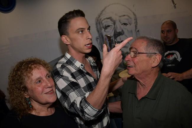 גאים בו. טום באום וההורים (צילום: אור גפן )