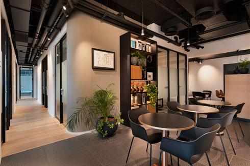 פינת ישיבה בין משרדים סגורים (צילום: אסף פינצ'וק)