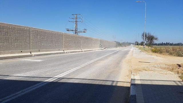 The 700-meter cement barrier along the main road to Kibbutz Erez (Photo: Barel Ephraim)