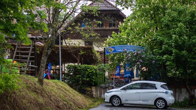 Гостиница, где были обнаружены тела, пронзенные стрелами. Фото: AFP