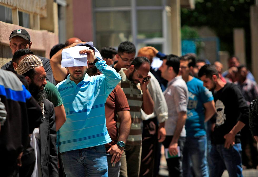 חלוקת הכסף הקטארי בעזה (צילום: AFP)