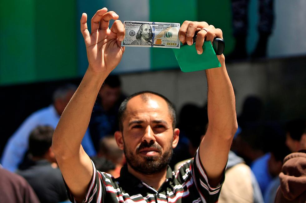 В Газе раздают деньги, полученные после последних обстрелов Израиля. Фото: AFP (Photo: AFP)