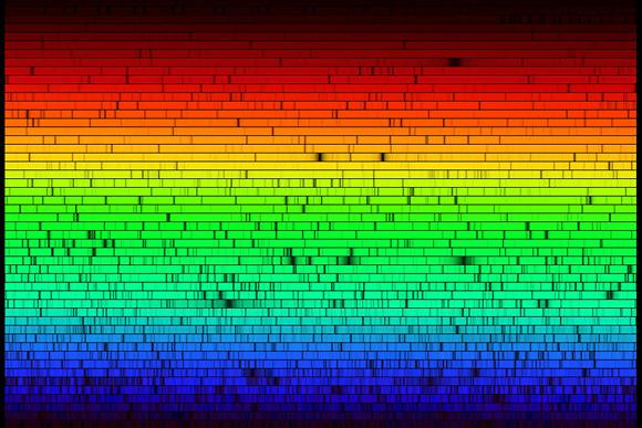ספקטרום האור של השמש שלנו. פסי הבליעה השחורים מעידים על החתימה הכימית של הרכבה  (הדמיה: NANO)
