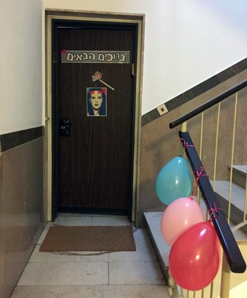 """דלת הבית בליל האירוויזיון בשנה שעברה. """"מי שמפר את הכללים, יוצא החוצה""""  (צילום: אור נטר)"""