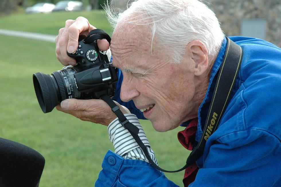 """""""חשוב להיות כמעט בלתי נראה"""", סיפר קנינגהם בעבר על עבודתו, """"וזאת כדי לצלם אנשים כשהם לא מודעים למצלמה"""" (צילום: Melissa Maier)"""