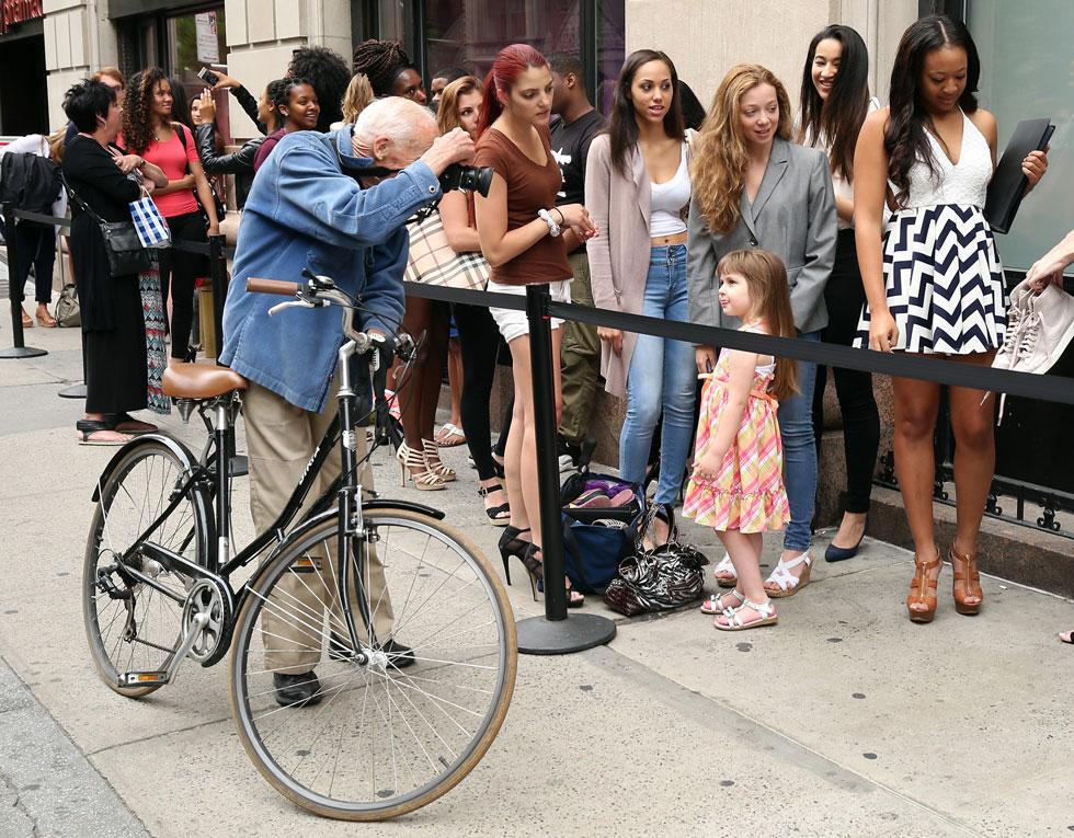 """""""פחות עניינו אותו הבגדים על המסלול, אלא האופן שבו נשים לבשו את הבגד ברחוב"""". 2015 (צילום: Cindy Ord/GettyimagesIL)"""