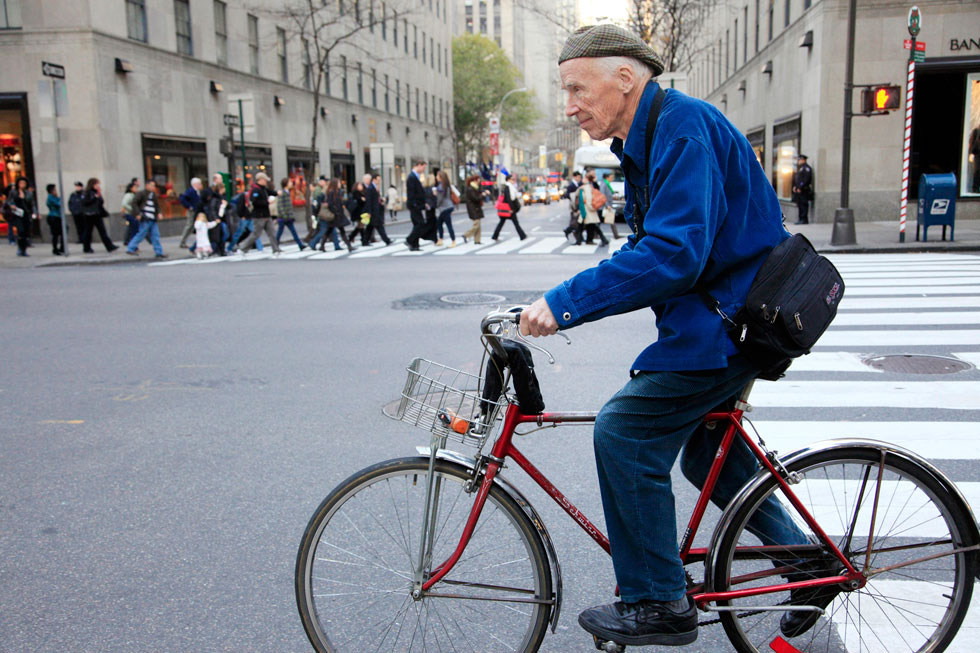 מתנייד על זוג אופניים, לבוש במעיל כחול שהפך לסימן ההיכר שלו ומצלמה בידיו, חרש ביל קנינגהם את מנהטן לאורכה ולרוחבה במשך 50 שנה. 2010 (צילום: AP)