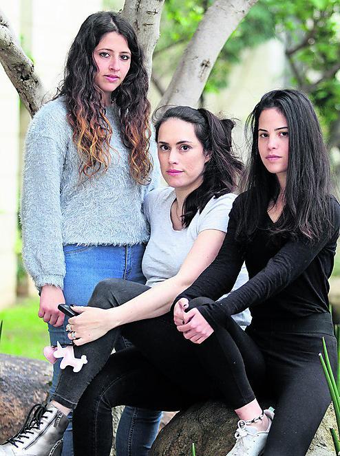 """""""אני זוכרת את עצמי שבורה בבית ובוכה"""". שרה איינפלד (במרכז) עם קורל קצבורג ונינה פוקס (צילום: אסף פרידמן)"""