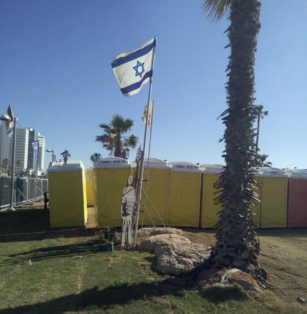 """Это фото Виктор Комоздражник сделал в дни Евровидения: туалеты расположили рядом с памятником жертвам теракта в """"Дольфи"""""""