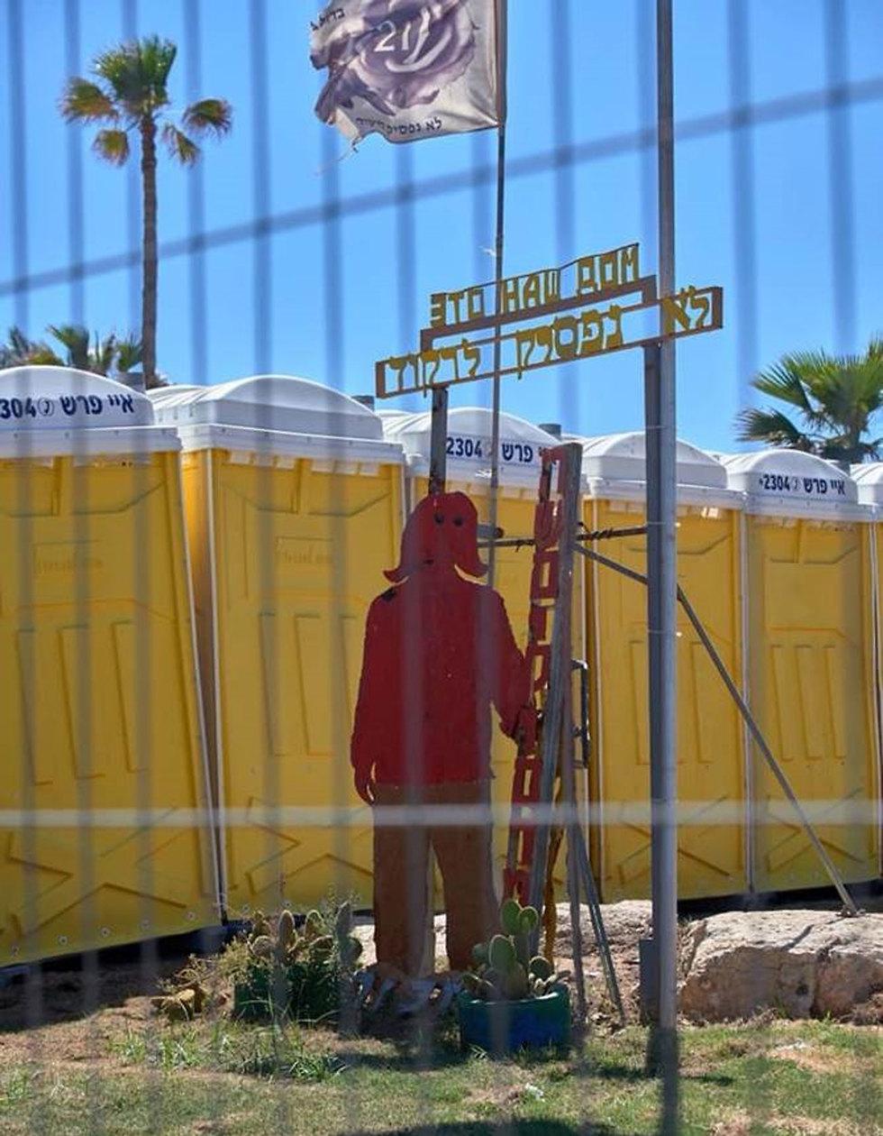 """Памятник жертвам теракта в """"Дольфи"""" рядом с туалетами"""
